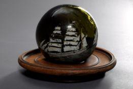 Fischernetz Kugel mit Schiffmotiv aus dunkelgrünem Glas, 19.Jh., Ø 13cm, etwas