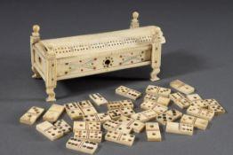 Spielkästchen mit Miniatur Dominospiel, Bein geschnitzt und farbig bemalt, 19.J