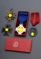 4 Diverse Orden und Ehrenzeichen, WK II.: 1 Eise | 4 Various orders and decorations, WW II: 1 Iron