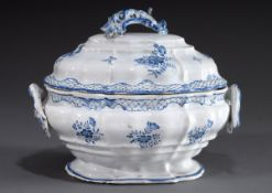 Große ovale Rokoko Fayence Terrine mit floralem | Large oval rococo faience tureen with floral and