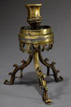 Gotischer Leuchter auf drei zierlichen Beinen un | Gothic candelabrum on three delicate legs and li