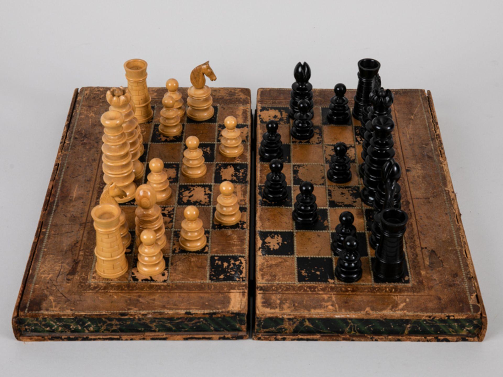 Schachspiel, wohl England, 19./Anf. 20. Jh. Lederbezogene hölzerne Spielbrett-Kassette mit 32 - Bild 5 aus 5