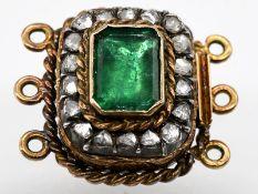 Antikes Schloss mit Smaragd ca. 0,7 ct und 18 Diamantrosen, zus. ca. 0,22 ct, um 1900. 585/- Ge