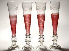 4 Sektflöten in Empireform, 19. Jh. Farbloses Glas mit roten Spiralfadenaufschmelzungen; schla