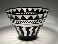 Große Schale, Steven Correia (*1949), Kalifornien, 1994. Geätztes und mattiertes Glas; innen