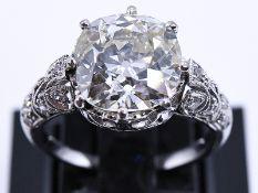 Prunkvoller Art-Deco Ring mit Altschliff-Diamant ca. 5,6 ct und kleinen Diamanten, zus. 0,1 ct, Juw