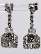 Paar Ohrgehänge mit 21 Altschliff-Diamanten, zus. ca. 1,8 ct, Art Deco. Platin. Gesamtgewicht