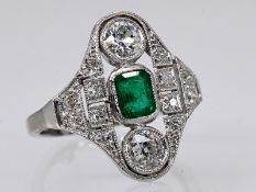 Ring mit Smaragd ca. 0,65 ct und Altschliff-Diamanten, zus. ca. 0,65 ct, Art Deco. Platin (gepr