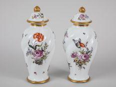 Paar Deckelvasen mit Blumenmalerei, Dtld./Frkr., 1. Hälfte 20. Jh. Weißporzellan mit polychro