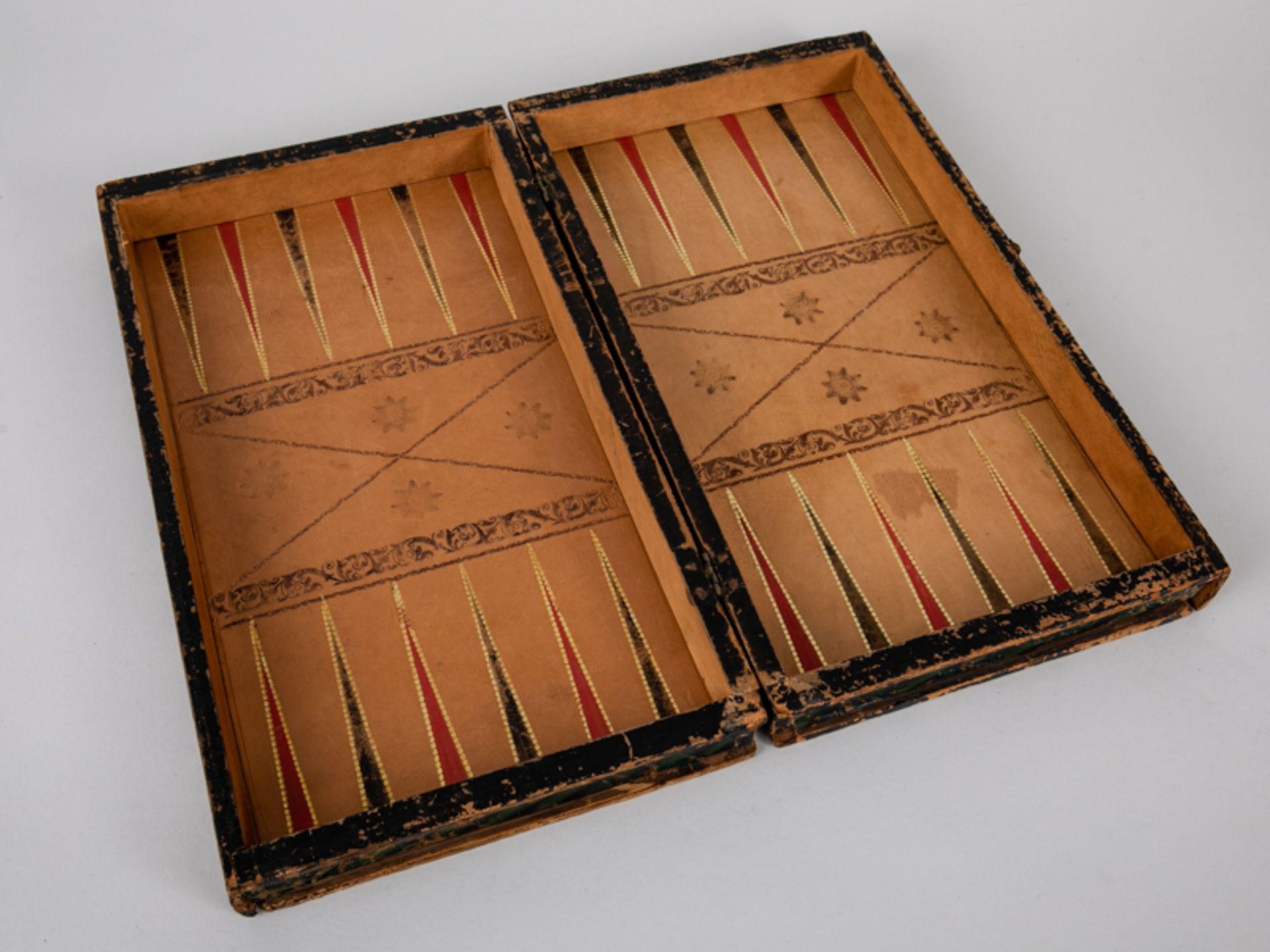 Schachspiel, wohl England, 19./Anf. 20. Jh. Lederbezogene hölzerne Spielbrett-Kassette mit 32 - Bild 4 aus 5