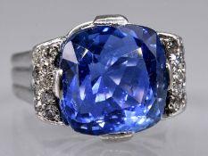 Massiver Ring mit Ceylon-Saphir ca. 15,19 ct und Achtkant-Diamanten, zus. ca. 0,5 ct, Juweliersarbe