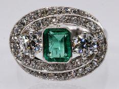 Cocktail-Ring mit kolumbanischem Smaragd ca. 0,6 ct und 45 Altschliff-Diamanten, zus. ca. 1,2 ct, J