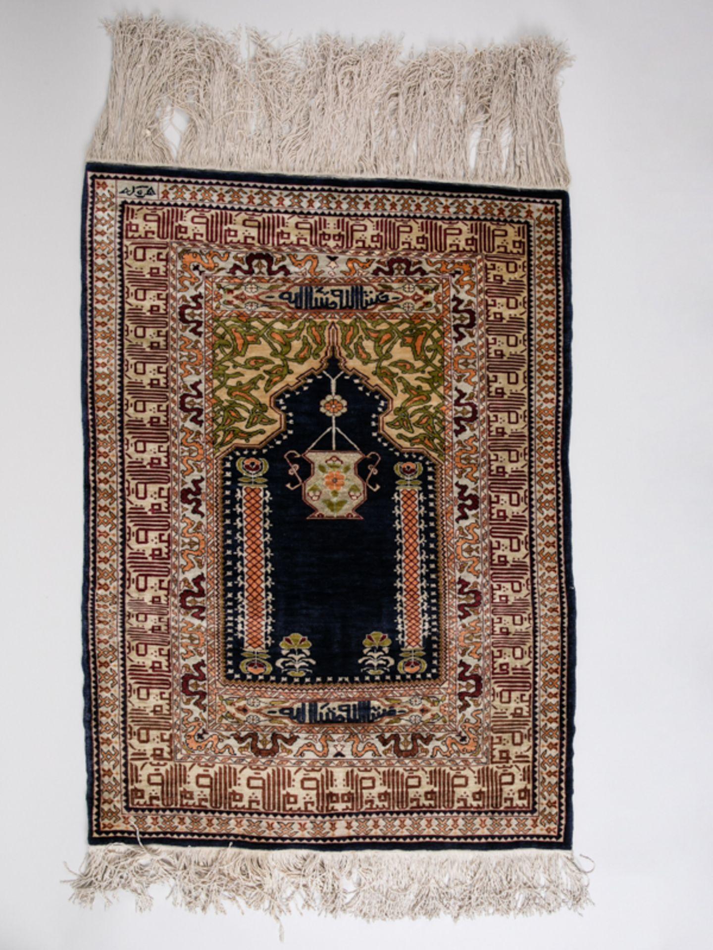 Gebetsbrücke, wohl Persien, 20. Jh. Wohl Seide, dunkelblaugrundiges Mittelfeld in geeckt bogen