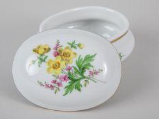 """Deckeldose """"Deutsche Blume"""", Meissen, 20. Jh. Weißporzellan mit polychromer Floralmalerei """"Blu"""