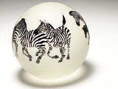 """Paperweight """"Zebras"""", Steven Correia (*1949), Kalifornien, 1994. Geätztes und mattiertes Glas;"""