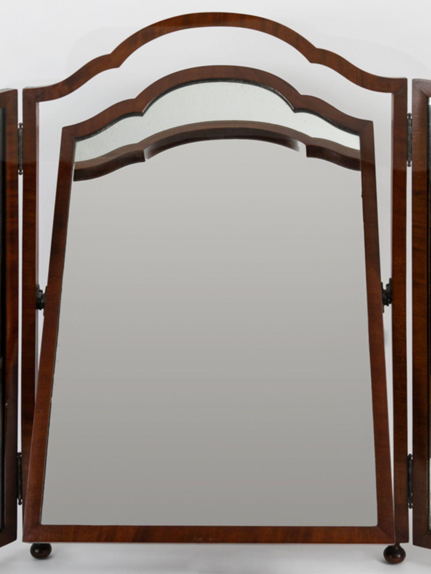 Kommodenklappspiegel, England (?), 20.Jh. Mahagoni. Dreiteilig. Auf vier kleinen gedrückten Ku - Bild 2 aus 4