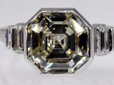 Hochwertiger Ring mit Diamant von 3 ct im Asscher-Cut und 4 Diamanten, zus. ca. 0,05 ct, Juweliersa