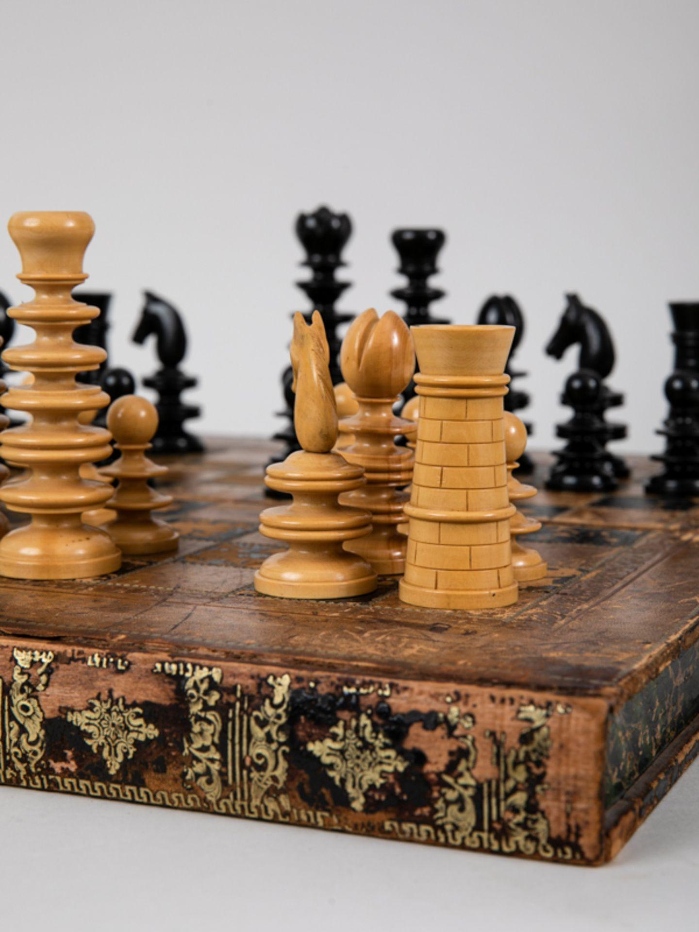Schachspiel, wohl England, 19./Anf. 20. Jh. Lederbezogene hölzerne Spielbrett-Kassette mit 32 - Bild 3 aus 5