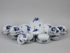 """12 Suppentassen mit Unterschalen """"Blaue Blume"""", Royal Copenhagen, 20. Jh. Weißporzellan mit un"""