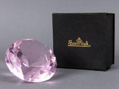 Paperweight in Diamantform, Rosenthal, 20./21. Jh. Roséfarbiges Glas in Form eines großen ges