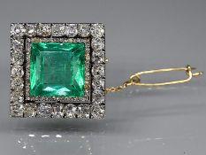 Prunkvolle antike Brosche mit kolumbianischem Smaragd ca. 15,73 ct und Diamanten zus. ca. 7,475 ct,