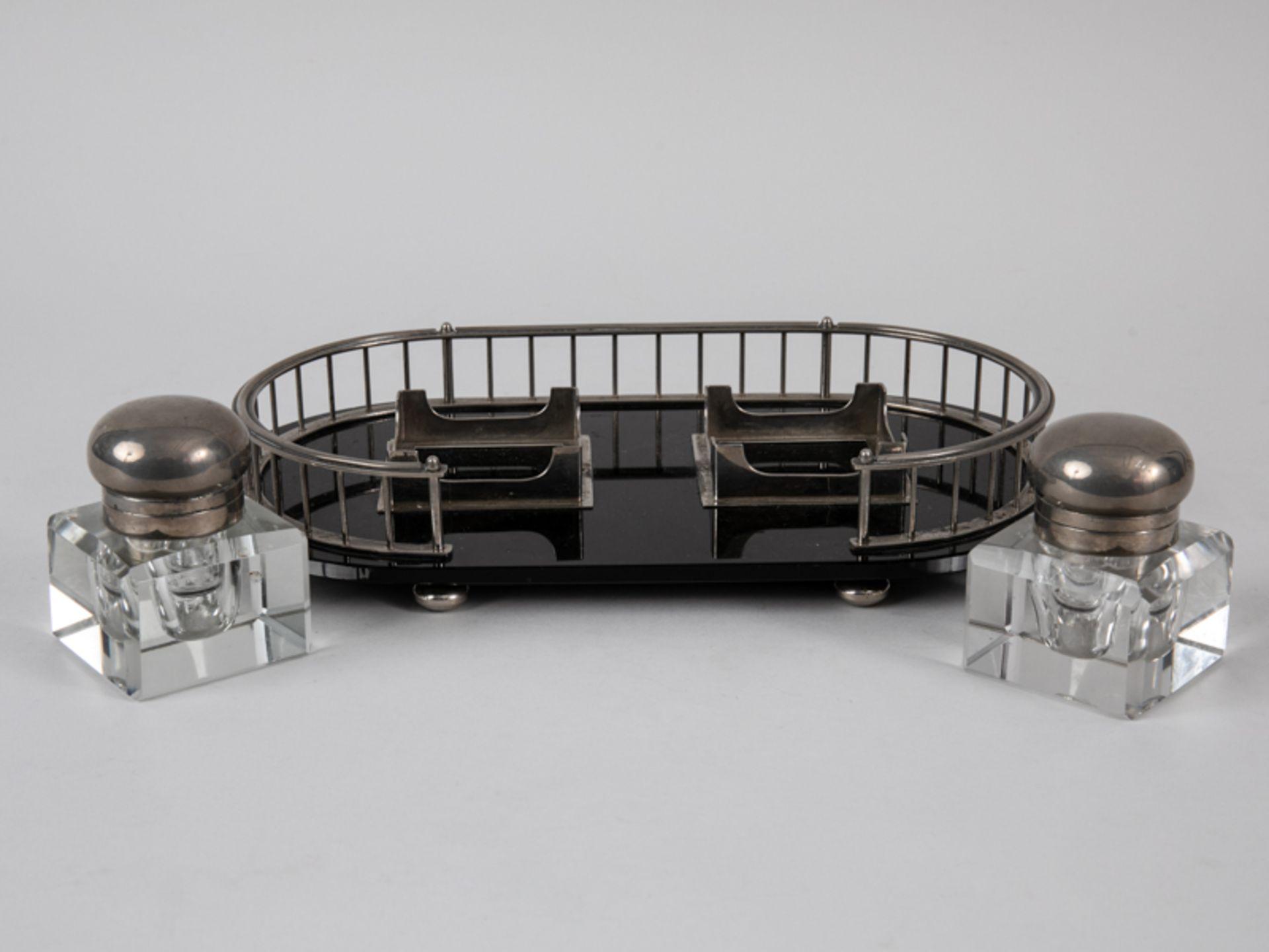 Art-Déco-Schreibtischgarnitur mit 2 Tintenfässern, Anf. 20. Jh. Glas und Nickel; 3-teilig, be - Bild 3 aus 6
