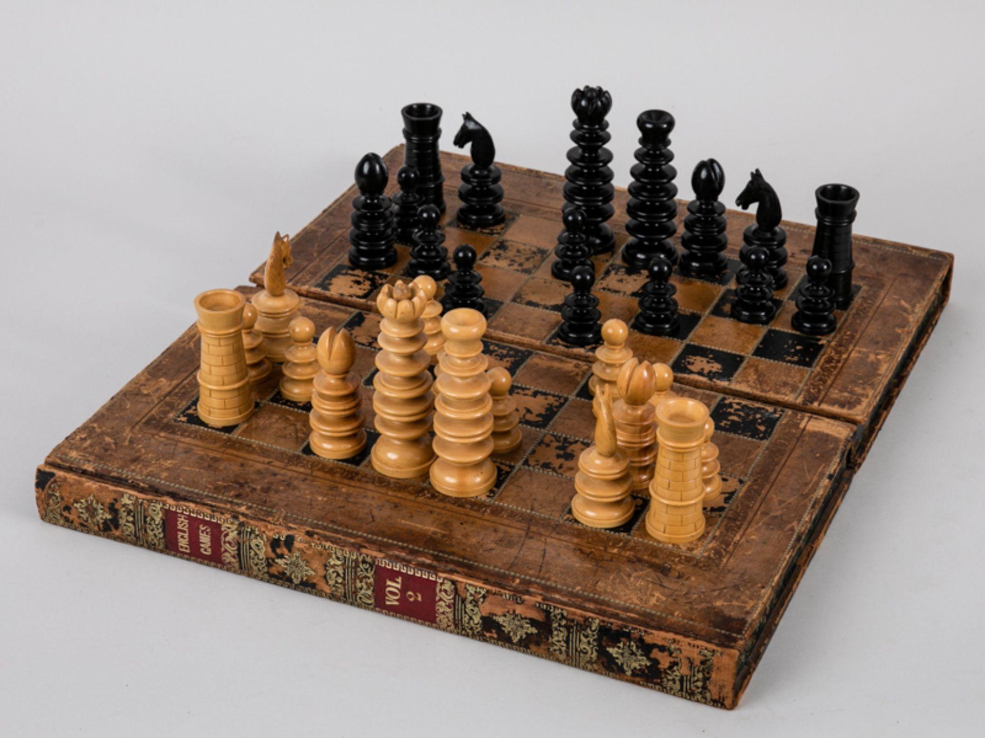Schachspiel, wohl England, 19./Anf. 20. Jh. Lederbezogene hölzerne Spielbrett-Kassette mit 32