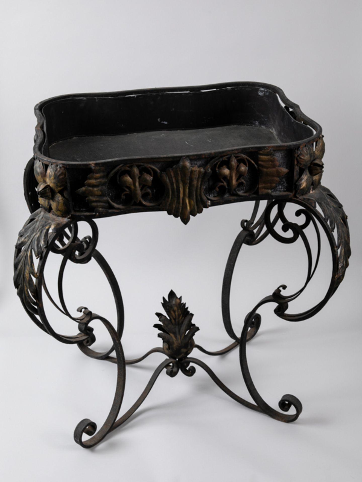 Blumen- bzw. Konsoltisch im Barockstil, 2. Hälfte 20. Jh. Eisengestell mit Holzplatte, Metall - Bild 2 aus 6