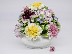 Blumen-Tischdekoration, Coalport/Engld., 2. Hälfte 20. Jh. Porzellan (Bone China) mit plastisc