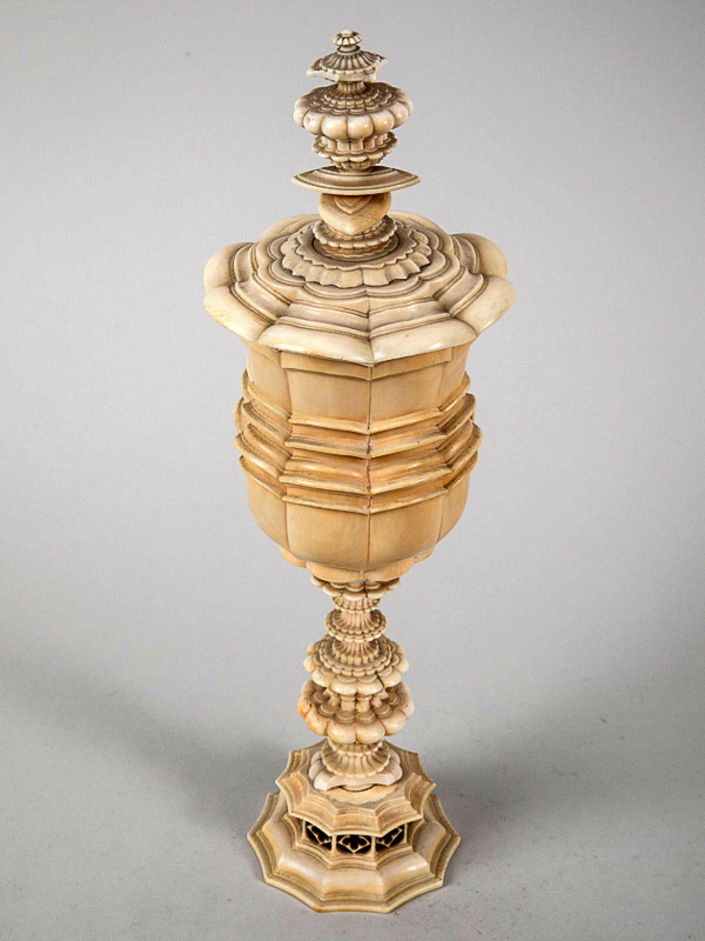 Barock-Deckelpokal, wohl süddeutsch, 17./18. Jh. Elfenbein, gedrechselt und geschnitzt; 4-teil - Bild 6 aus 6