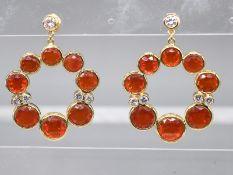 Paar große Ohrgehänge mit zus. ca. 1,7 ct Brillanten und Feueropal, Goldschmiedearbeit, 21. Jh. <