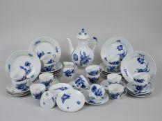 """41-tlg. Kaffee-Service, """"Blaue Blume"""", Royal Copenhagen, 20. Jh. Weißporzellan mit unter Glasu"""