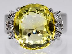 Cocktail-Ring mit gelbem Ceylon-Saphir ca. 11,05 ct und 6 Brillanten, zus. ca. 0,3 ct, Goldschmiede