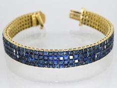 Armband mit 272 hochwertigen Saphir-Carréesteinen, zus. ca. 22 ct, 20. Jh. 750/- Gelbgold. Ge