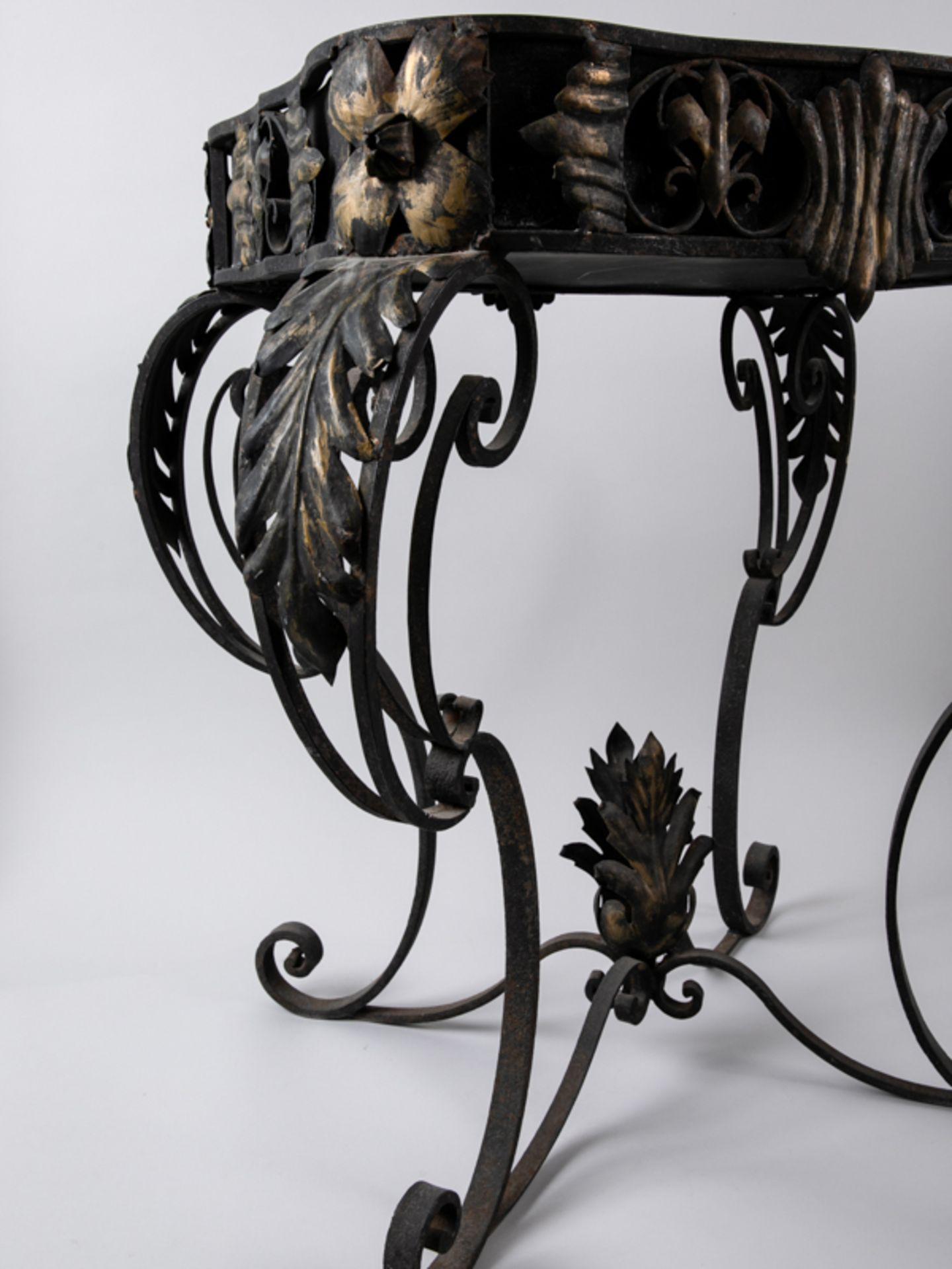 Blumen- bzw. Konsoltisch im Barockstil, 2. Hälfte 20. Jh. Eisengestell mit Holzplatte, Metall - Bild 4 aus 6