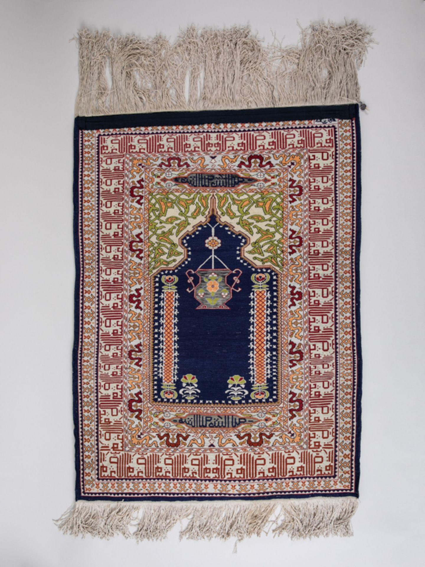 Gebetsbrücke, wohl Persien, 20. Jh. Wohl Seide, dunkelblaugrundiges Mittelfeld in geeckt bogen - Bild 2 aus 4