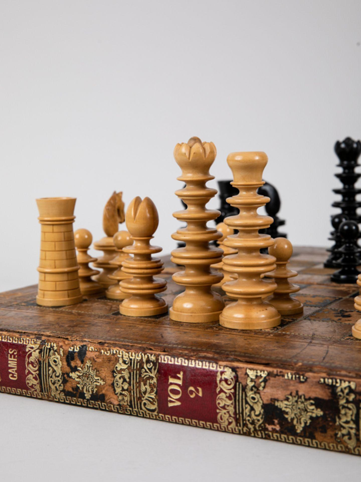 Schachspiel, wohl England, 19./Anf. 20. Jh. Lederbezogene hölzerne Spielbrett-Kassette mit 32 - Bild 2 aus 5