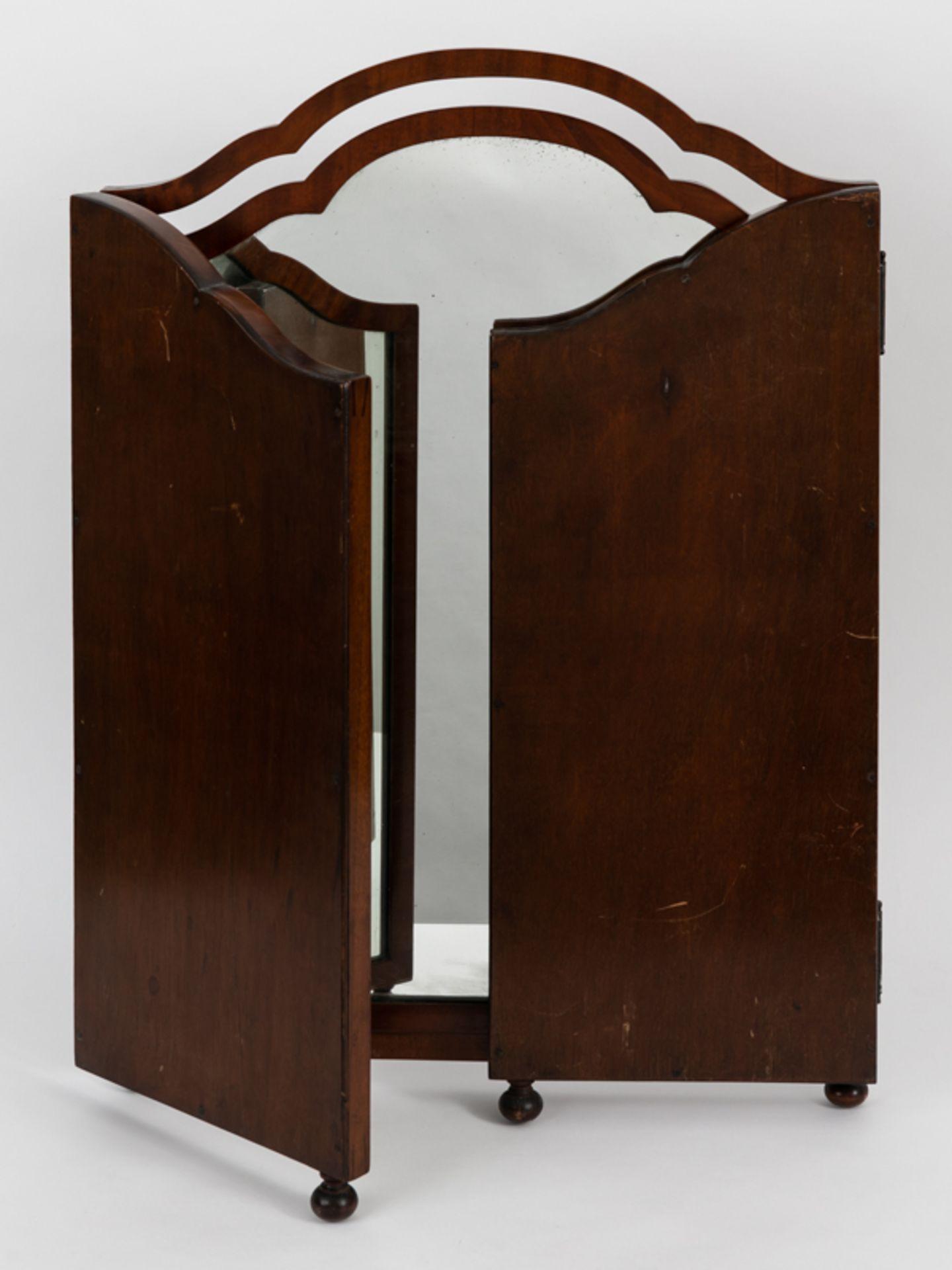 Kommodenklappspiegel, England (?), 20.Jh. Mahagoni. Dreiteilig. Auf vier kleinen gedrückten Ku - Bild 3 aus 4
