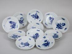 """13 Brotteller, """"Blaue Blume"""", Royal Copenhagen, 20. Jh. Weißporzellan mit unter Glasur blauer"""