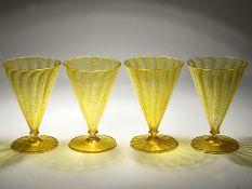 4 Kelchgläser, Barovier & Toso, Murano, Italien, 20. Jh. Farbloses Glas mit gelb gesprenkelten