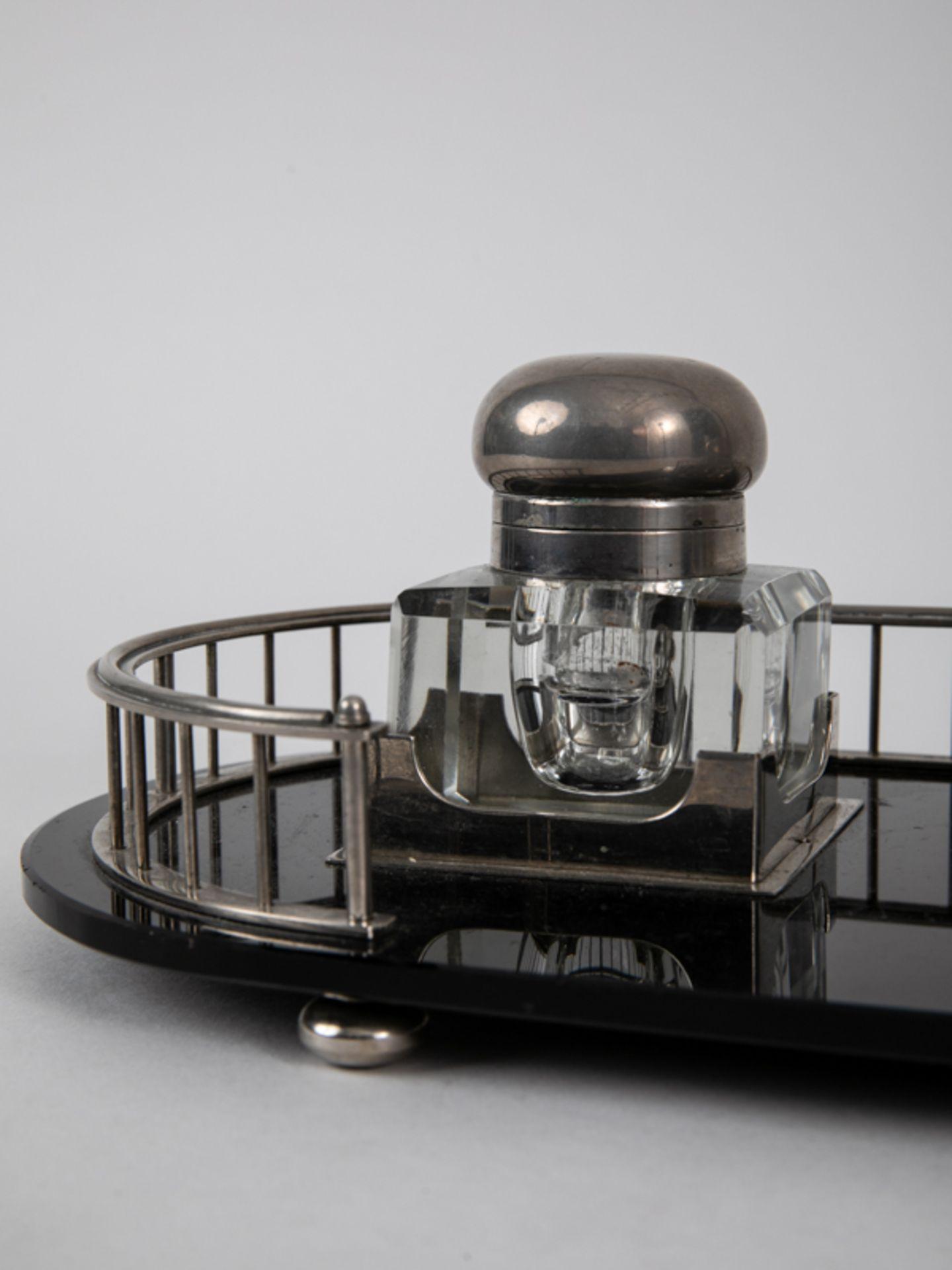 Art-Déco-Schreibtischgarnitur mit 2 Tintenfässern, Anf. 20. Jh. Glas und Nickel; 3-teilig, be - Bild 5 aus 6