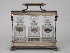 """Tantalus mit 3 Karaffen, """"Nevada Silver D&A"""", England, um 1900. Versilbert (plated); länglich"""