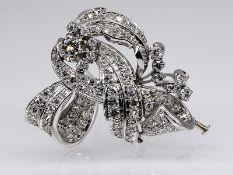 Brosche mit zus. ca. 3 ct Altschliff-Diamanten und Diamantrosen, Art Deco. Platin. Gesamtgewich