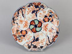 Größere Schale mit Imari-Dekor; Japan; 19. Jh.<br><br>Porzellan mit unter Glasur kobaltblauer Malere