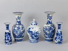 2 Arita-Vasen-Paare + Deckelvase mit Blaumalerei; Japan; Meiji-Zeit (1868 - 1912).<br><br>Weißporzel
