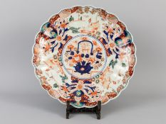 Großer Teller mit Imari-Dekor; Japan/China; um 1900.<br><br>Porzellan mit unter Glasur kobaltblauer