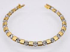 Streifenarmband mit 19 Brillanten; zus. ca. 2;3 ct; Juwelier Cadro; 90-er Jahre.<br><br>750/- Gelb-