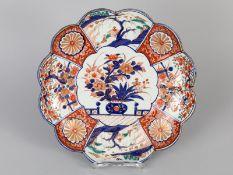 Größere Schale mit Imari-Dekor (Vasenmotiv); Japan/China; um 1900.<br><br>Porzellan mit unter Glasur