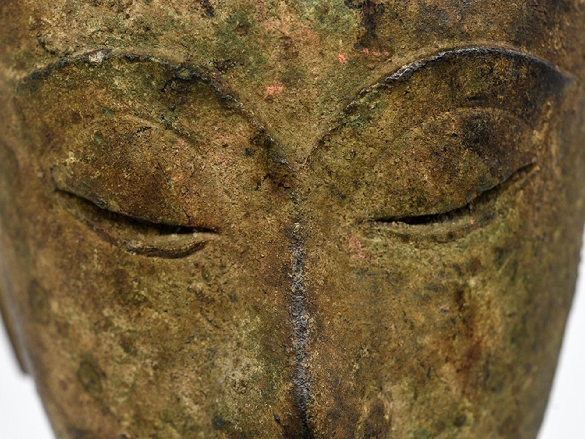 """Bronze-Kopf des """"Buddha Paré""""; Siam (Thailand); frühe Ayutthaya Periode (ca. 1450 - 1600).<br><br>Br - Bild 5 aus 11"""