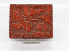 Rotlackdose; China; 19./20. Jh.<br><br>Kupfer/Messing mit grüner Emaillierung und geschnittenem Rotl